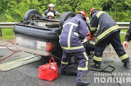 На трасі Тернопіль-Львів перекинувся автомобіль. Водій загинув, пасажири травмовані (ФОТО)