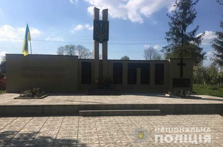 На Тернопільщині шукають зловмисника, який біля пам'ятника зірвав та спалив прапор
