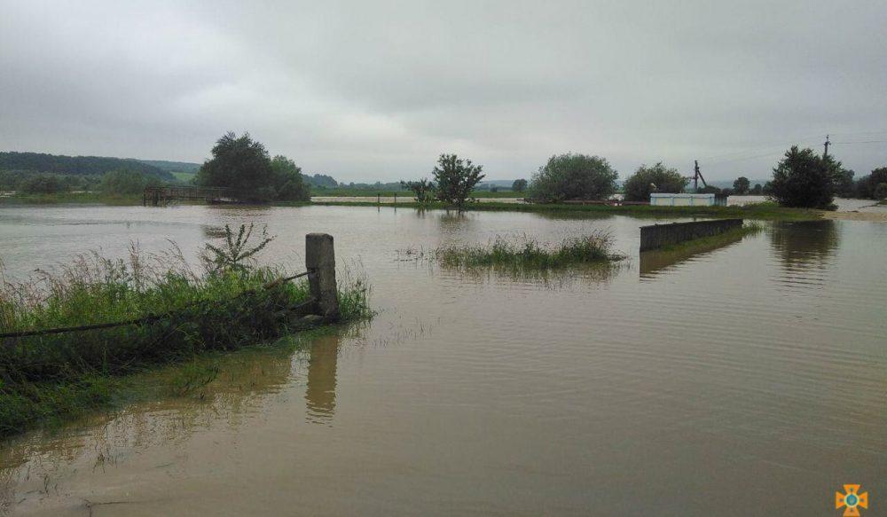 Велика вода насувається на Тернопільщину: Дністер уже вийшов з берегів, людей готують до евакуації (ФОТО)