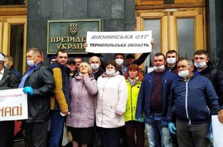 Представники двох громад Тернопільщини пікетували Зеленського