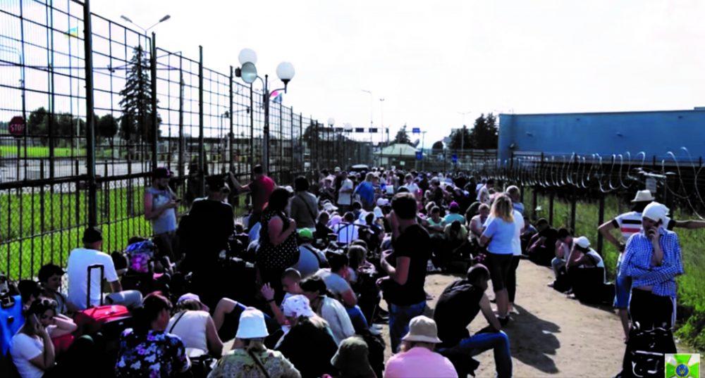 """Сотні людей застрягли у черзі на пункті пропуску """"Шегині"""" (ВІДЕО)"""
