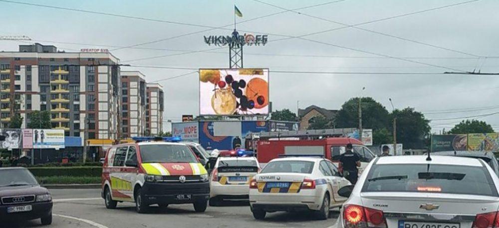 У Тернополі хмельничанин виліз на рекламний щит і погрожував себе спалити (ВІДЕО)