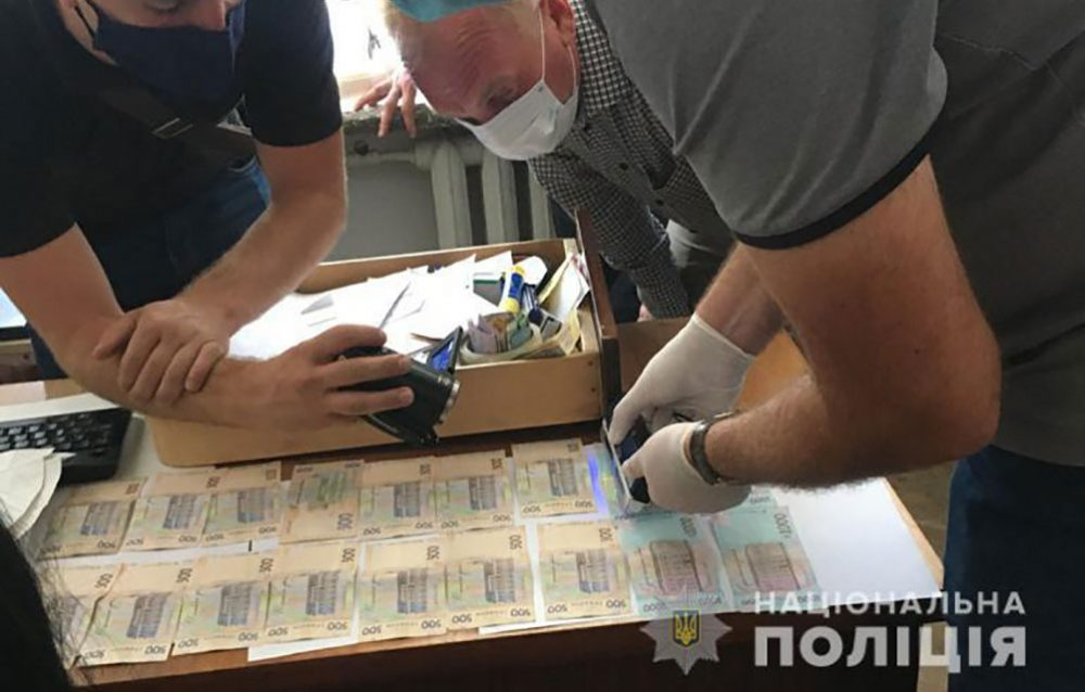 Державний реєстратор з Гусятина попався на хабарі у розмірі 400 доларів