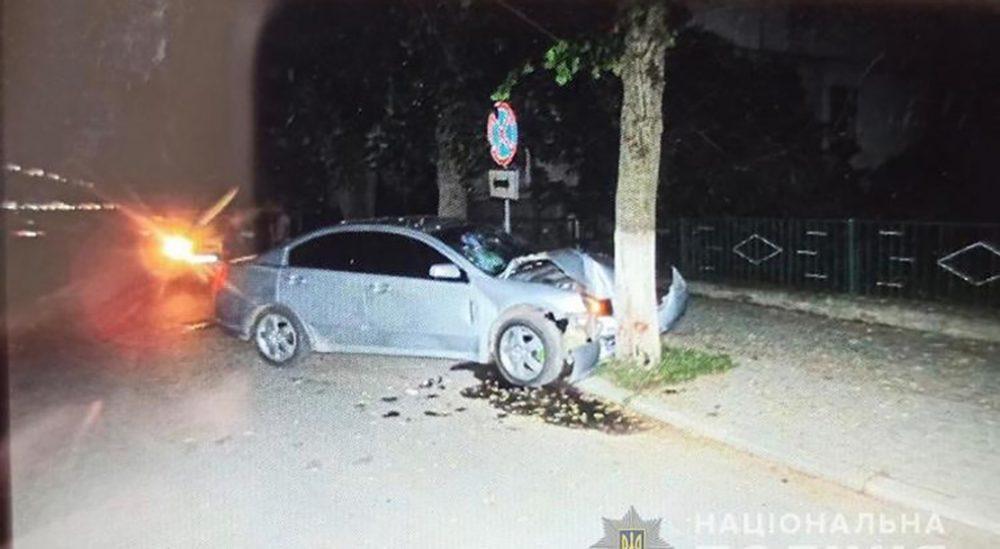 Аварія у Теребовлі – п'яний водій в'їхав у дерево (ФОТО)