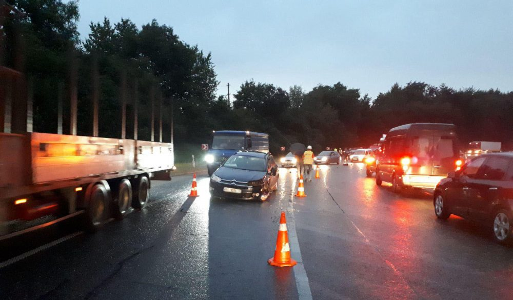 8 людей травмовано, три розбиті машини – тернополяни потрапили у жахливу аварію біля Львова (ФОТО)