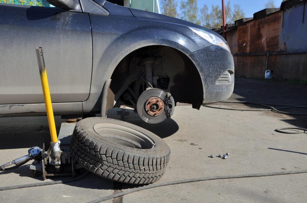 """Зняли всі чотири колеса: у Бучацькому районі """"роззули"""" залишений на узбіччі автомобіль"""