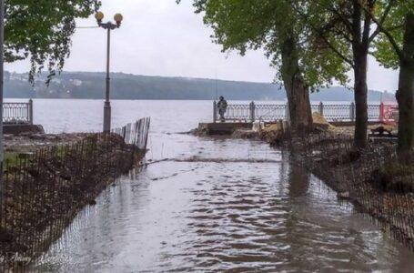 Через дощі та реконструкцію русла річки у Тернополі затопило парк і набережну (ФОТО)