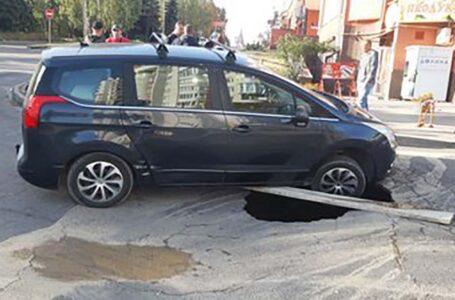 У Тернополі під автомобілем утворилося кількаметрове провалля (ФОТО)