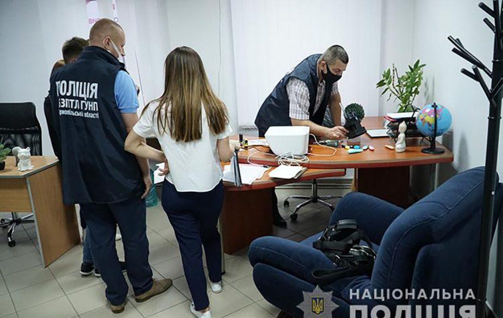 Кинули сотні людей: у Тернополі викрили фейкову фірму з працевлаштування за кордоном