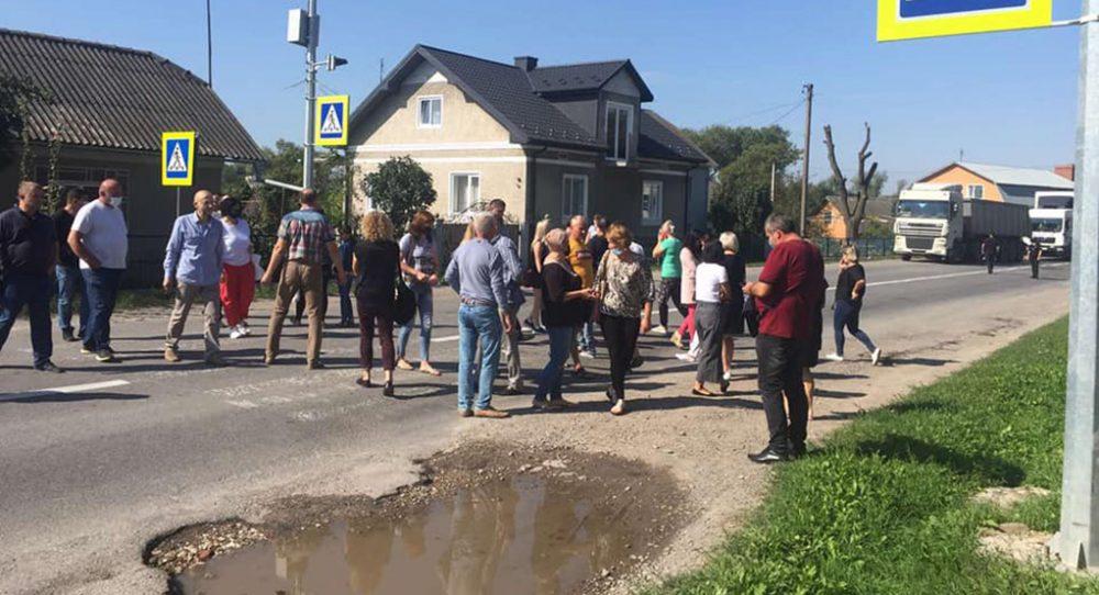 На Тернопільщині через карантинні обмеження люди перекрили дорогу (фото, відео)