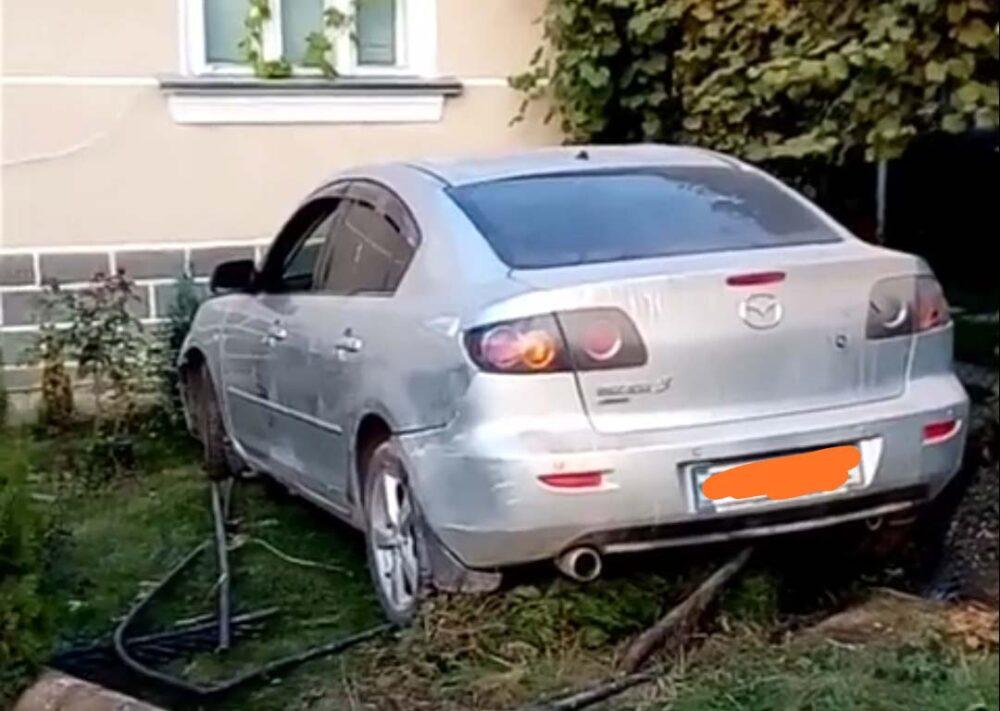 """На Тернопільщині п'яний водій """"Мазди"""" зніс огорожу і в'їхав у житловий будинок (ВІДЕО)"""