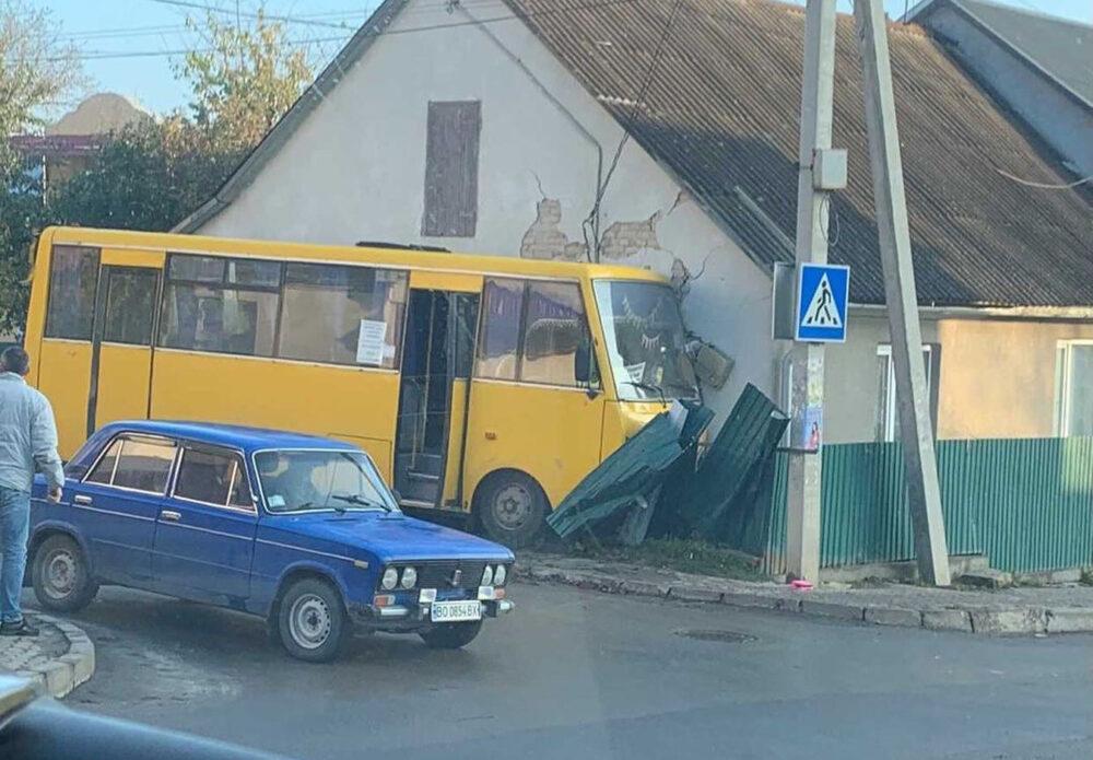 Суд призначив покарання для водія автобуса, який у Чорткові в'їхав у житловий будинок