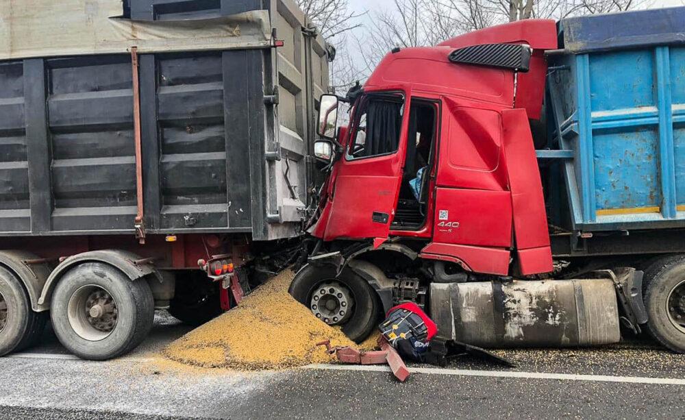 На Тернопільщині зіткнулися дві вантажівки – машини без гальм, водії без документів (ФОТО)