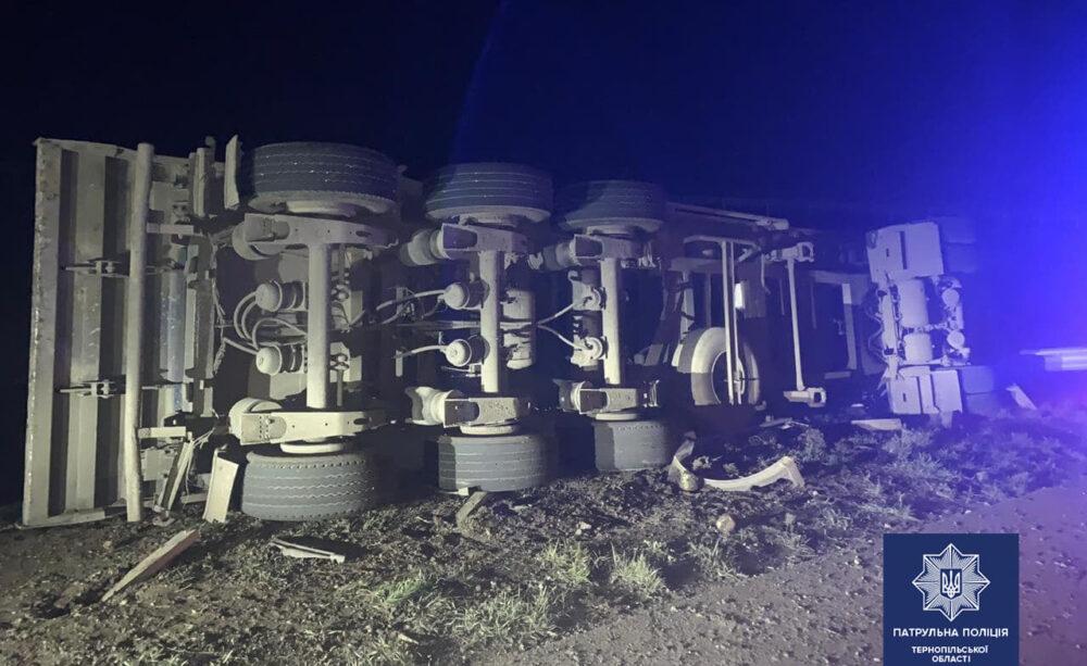 Аварія на Тернопільщині – поблизу села Мишковичі перекинувся вантажний автомобіль (ФОТО)