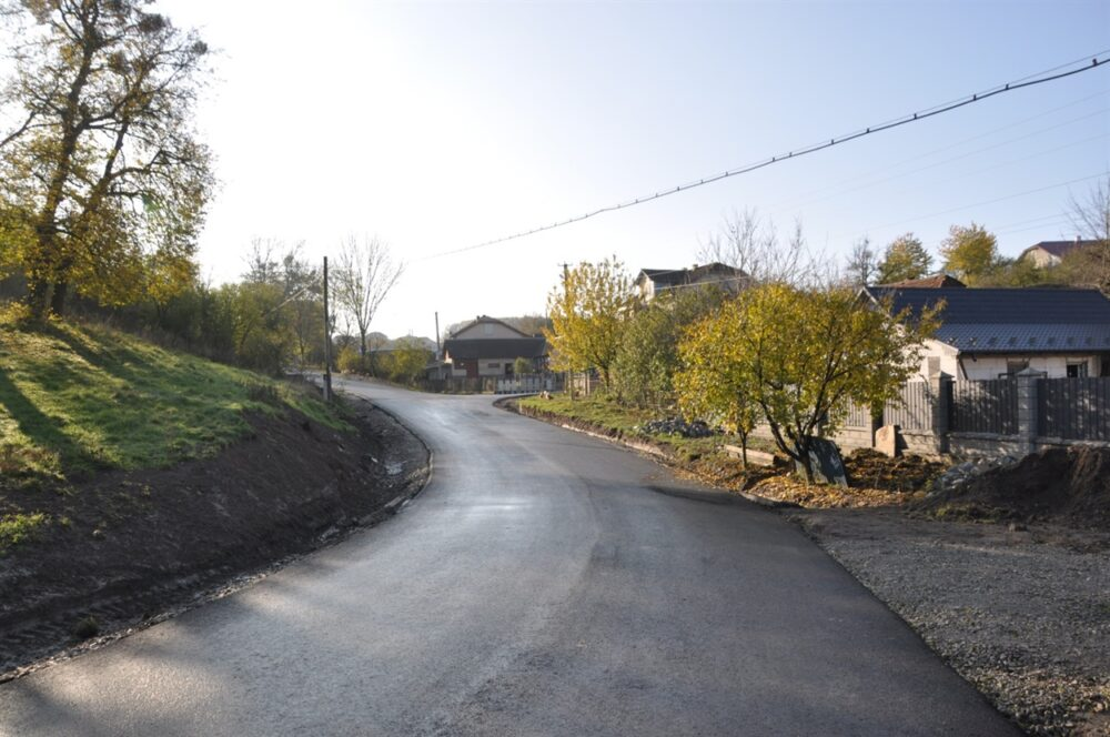 У селі на Чортківщині на одній із вулиць вперше заасфальтували дорогу (ФОТО)
