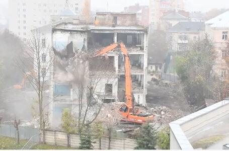 Буде житловий комплекс: у центрі Тернополя проводять демонтаж будівлі швейної фабрики (ВІДЕО)