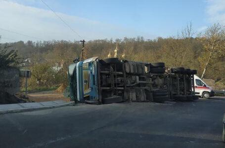 ДТП на Тернопільщині – у Ягільниці перекинувся вантажний автомобіль (ФОТО, ВІДЕО)