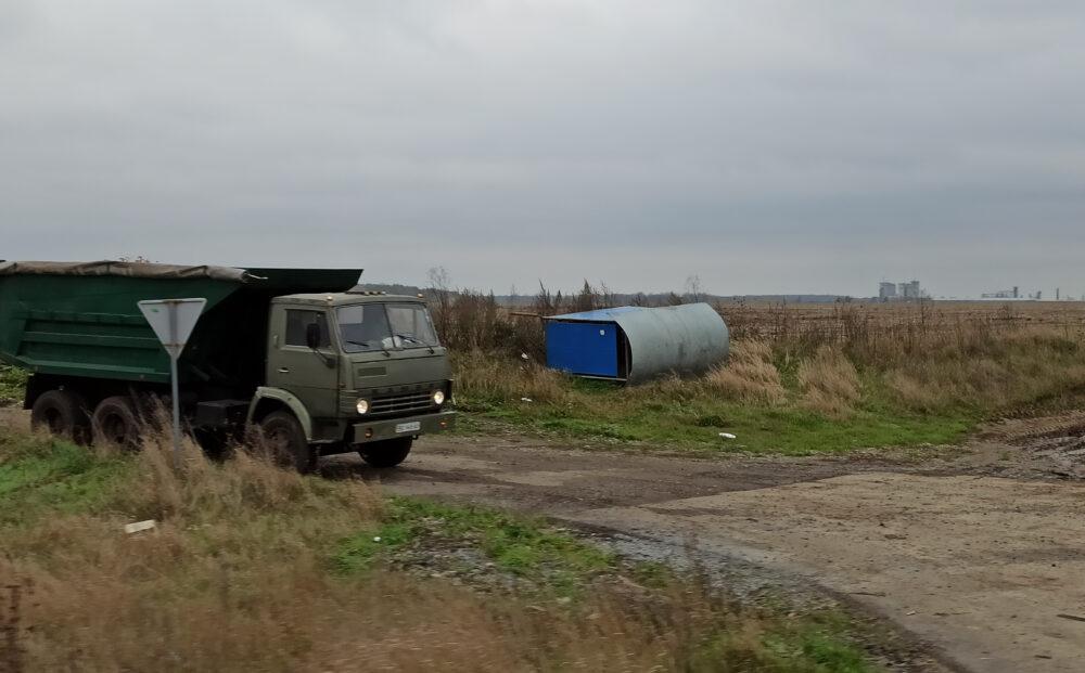 На Теребовлянщині уже місяць не ремонтують зупинку, яку перекинув сильний вітер (ФОТО)
