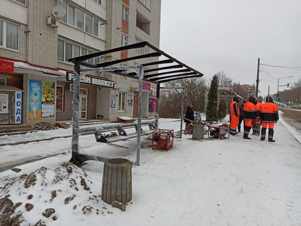У Тернополі облаштовують нову зупинку громадського транспорту та тротуари (ФОТО)