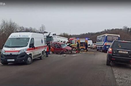 Поблизу Тернополя страшна аварія – людей затиснуло у розтрощених автівках (ВІДЕО)