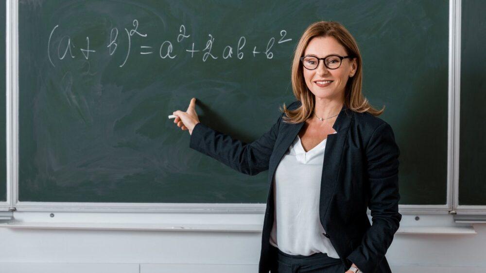 Посадовий оклад вчителя без категорії з 1 січня 2021 року становить 4 859 гривень