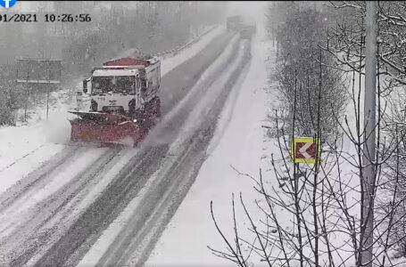 У Ягільниці люди перекрили дорогу – не пускають навіть снігоприбиральну техніку (ВІДЕО)