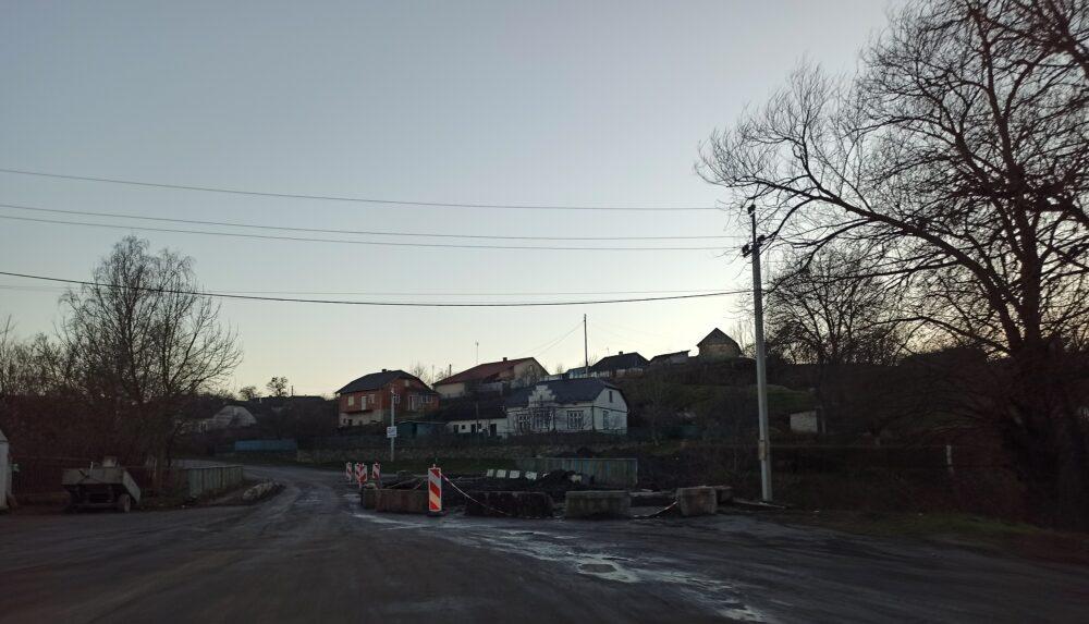 У селі на Чортківщині дорога може обвалитися в річку (ФОТО)