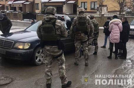 Вимагали 5000 доларів: у Тернополі затримали чоловіка та його дружину (ФОТО)