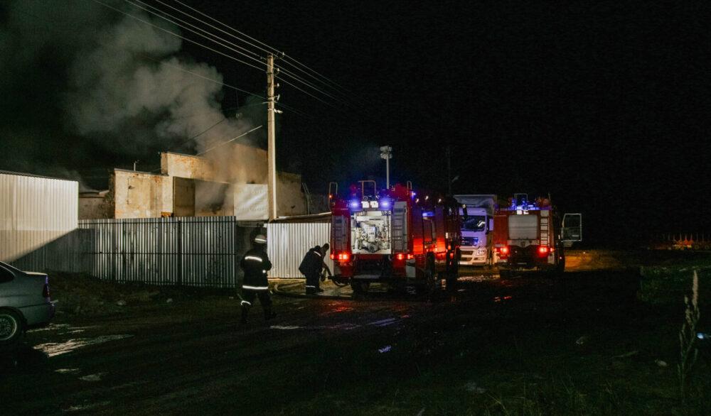 Під Тернополем масштабна пожежа – горів деревообробний цех (ФОТО)