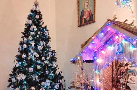 У Ланівцях в церкві ялинку прикрасили вишитими та в'язаними іграшками (ФОТО)