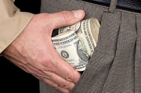 Гусятинський банкір частину виручки ховав собі у штани – за два рази вкрав 6900 доларів і 150000 гривень