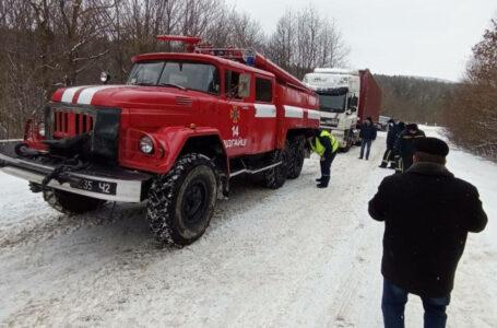 У неділю на Тернопільщині рятувальники витягнули із снігових заметів 7 автомобілів