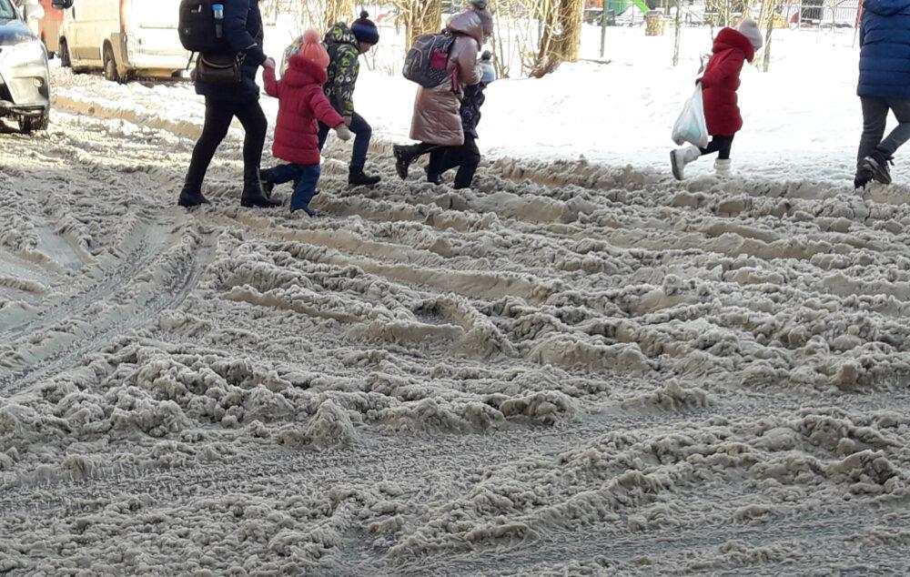 Жителі Тернопільщини скаржаться на нерозчищені від снігу дороги й тротуари (ФОТО, ВІДЕО)