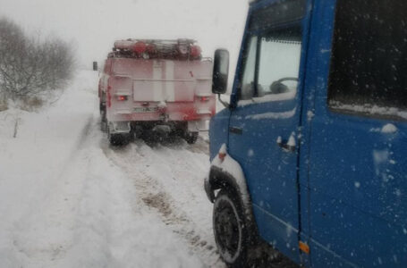 У Козівському районі у сніговому заметі застрягла маршрутка (ФОТО)