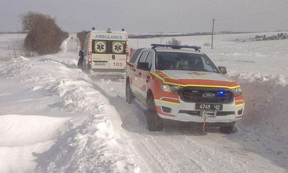 У суботу на Тернопільщині рятувальники витягнули із снігових заметів понад 30 автомобілів