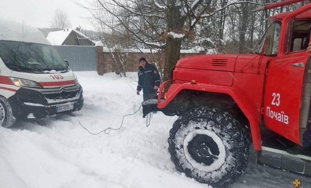 Минулої доби на Тернопільщині рятувальники витягнули із снігових заметів понад 20 автомобілів