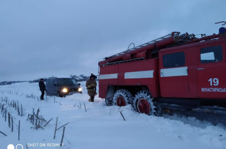 На Тернопільщині у снігових заметах застрягли шкільний автобус та автомобіль із хворими немовлятами