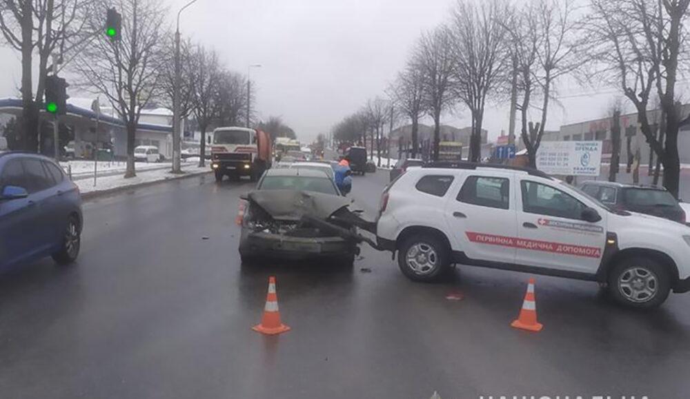 У Тернополі автомобіль, який перевозив вакцину, потрапив у ДТП. Троє людей травмовано