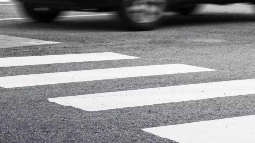 Троє травмованих: на проспекті Бандери неуважний водій збив двох людей і собаку
