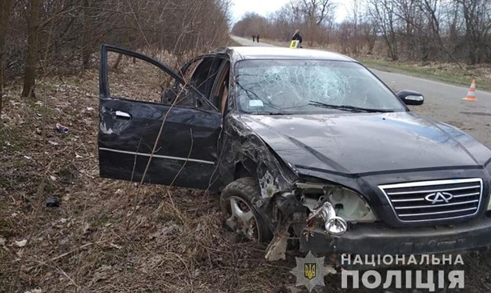 У Чортківському районі водій легкового автомобіля в'їхав у дерево. Є травмовані
