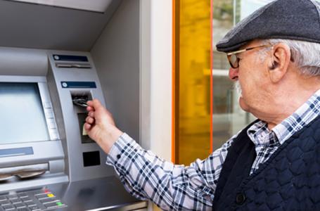 З вересня в Україні зміниться порядок видачі пенсій: усіх переведуть на банківські картки