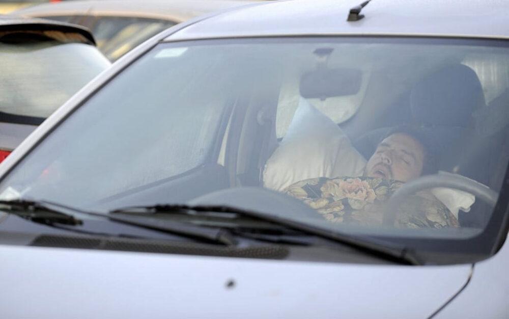 У Тернополі небайдужі громадяни здали у поліцію водія, який п'яний спав у машині