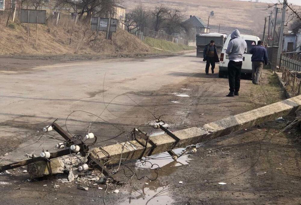 У Бережанах впав електричний стовп: пошкоджено автомобіль (ФОТО)