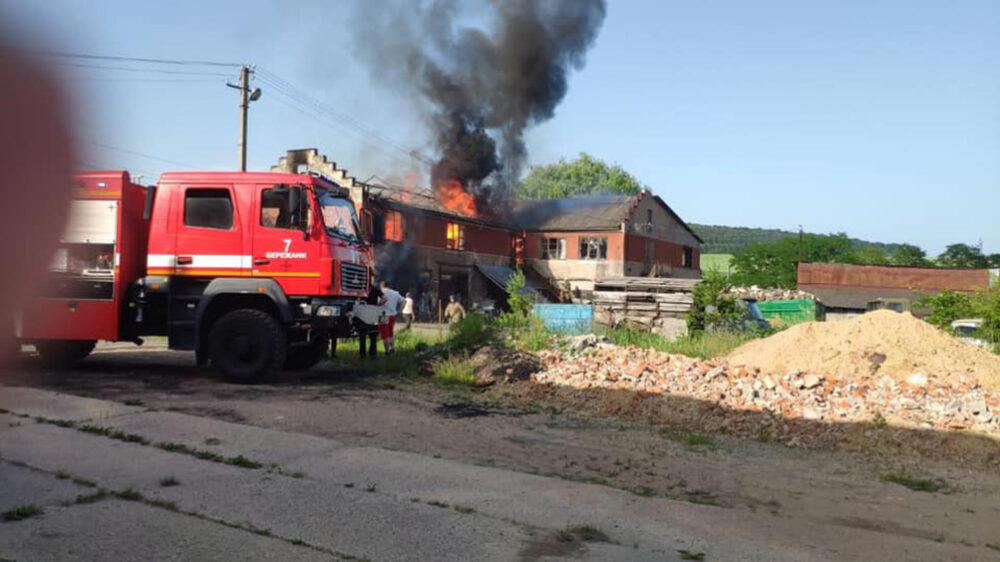 Масштабна пожежа у Бережанах – горіли склад, гаражі та столярний цех (ФОТО)