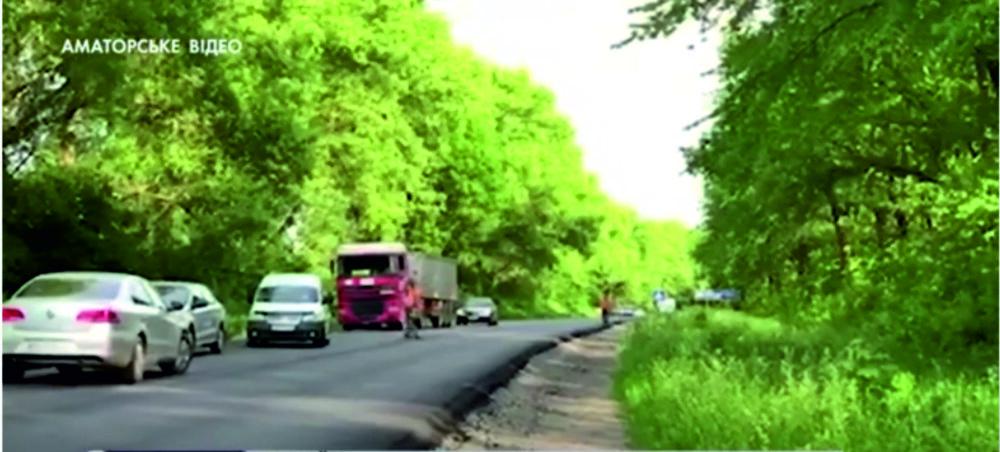 Троє травмованих: на трасі Тернопіль-Бучач легковий автомобіль злетів у кювет