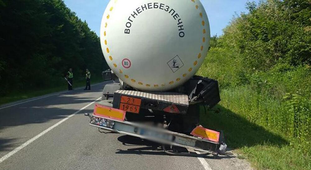 Це вогненебезпечно: на Тернопільщині бензовоз потрапив в аварію (ФОТО)