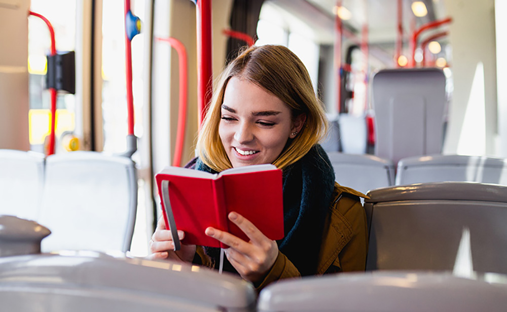 дівчина в автобусі