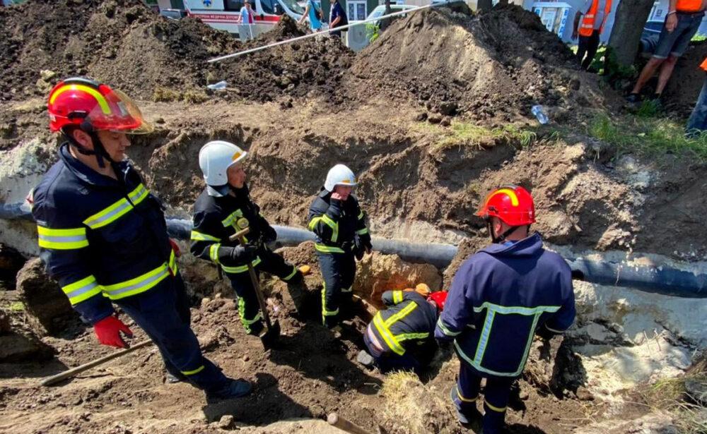 У Тернополі під час земляних робіт стався обвал грунту – один робітник загинув (ФОТО)