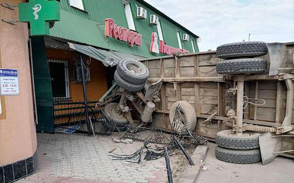 У Бучачі причіп вантажівки протаранив ресторан (ФОТО)