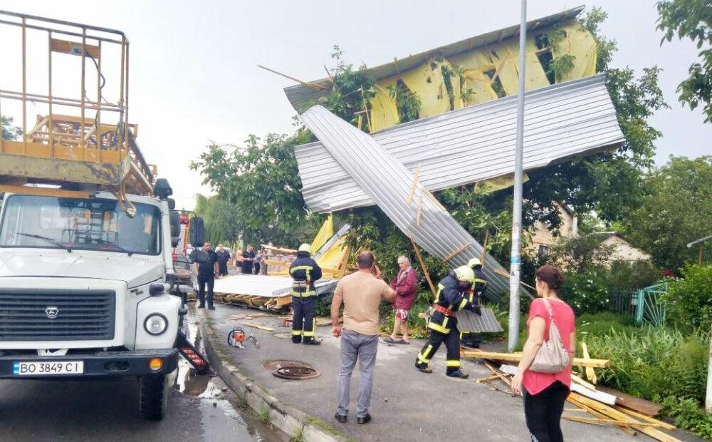 Негода у Заліщиках: дерево впало на автомобіль, а з житлового будинку зірвало дах (ФОТО)
